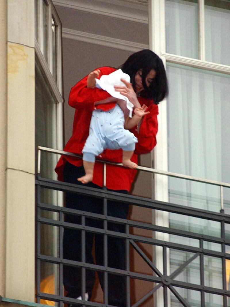 Michael sufrió una especie de crisis nerviosa cuando sacó a su hijo Blanket en el balcón de una habitación en Alemania. El video de ese momento escandalizó al mundo entero.