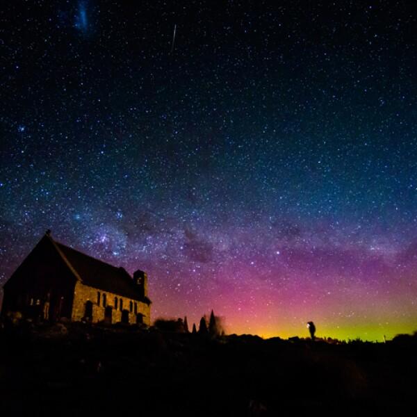Si no eres científico ni piloto es muy probable que no logres llegar a la Antártida, el mejor lugar para ver la aurora austral. Pero todavía puedes ver la aurora desde las puntas del sur de Sudamér...