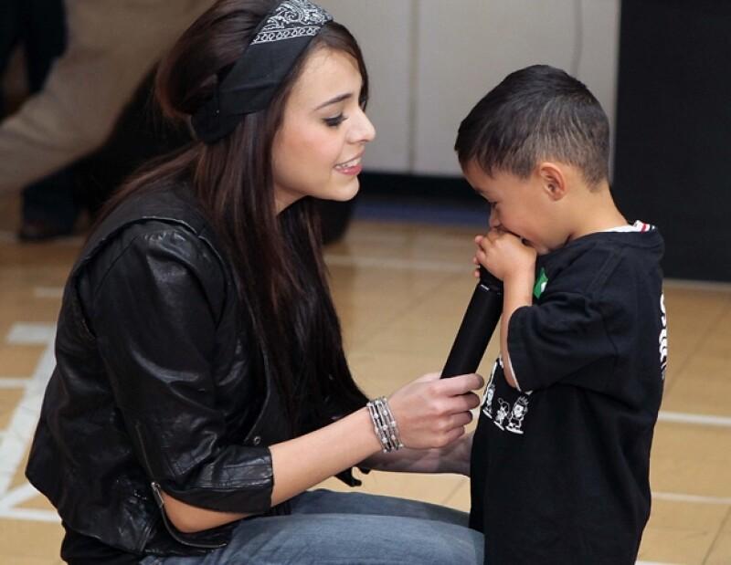 La actriz y cantante realizó un mini show para estos pequeños, quienes además recibieron juguetes y convivieron con ella.