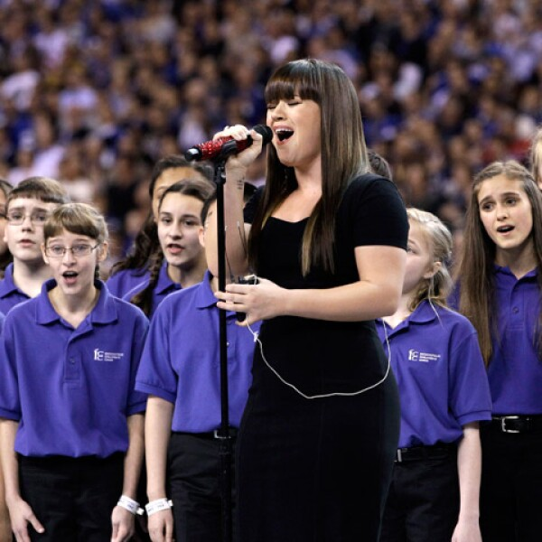La cantante estadunidense Kelly Clarkson, de 29 años, interpretó el Himno Nacional de Estados Unidos, previo al arranque del Super Bowl XLVI.