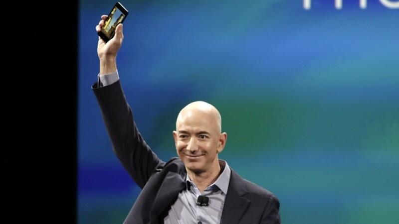 Jeff Bezos, director ejecutivo de Amazon, muestra el nuevo ?smartphone? que lanzó la compañía este miércoles