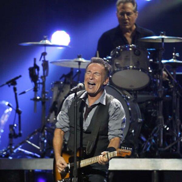 Para apoyar a los damnificados por el huracán Sandy en Nueva York, se realizó el concierto benéfico 12-12-12. El encargado de abrir el show fue 'El Jefe', Bruce Springsteen.