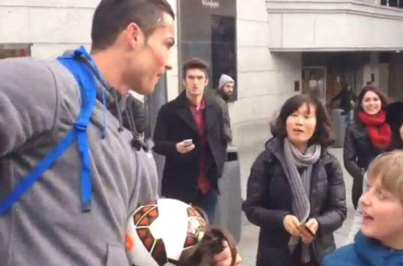 El futbolista regaló un grato momento a uno de sus fans más jóvenes al aparecer a su lado con un particular disfraz. Testigos curiosos captaron el momento con sus smartphones.