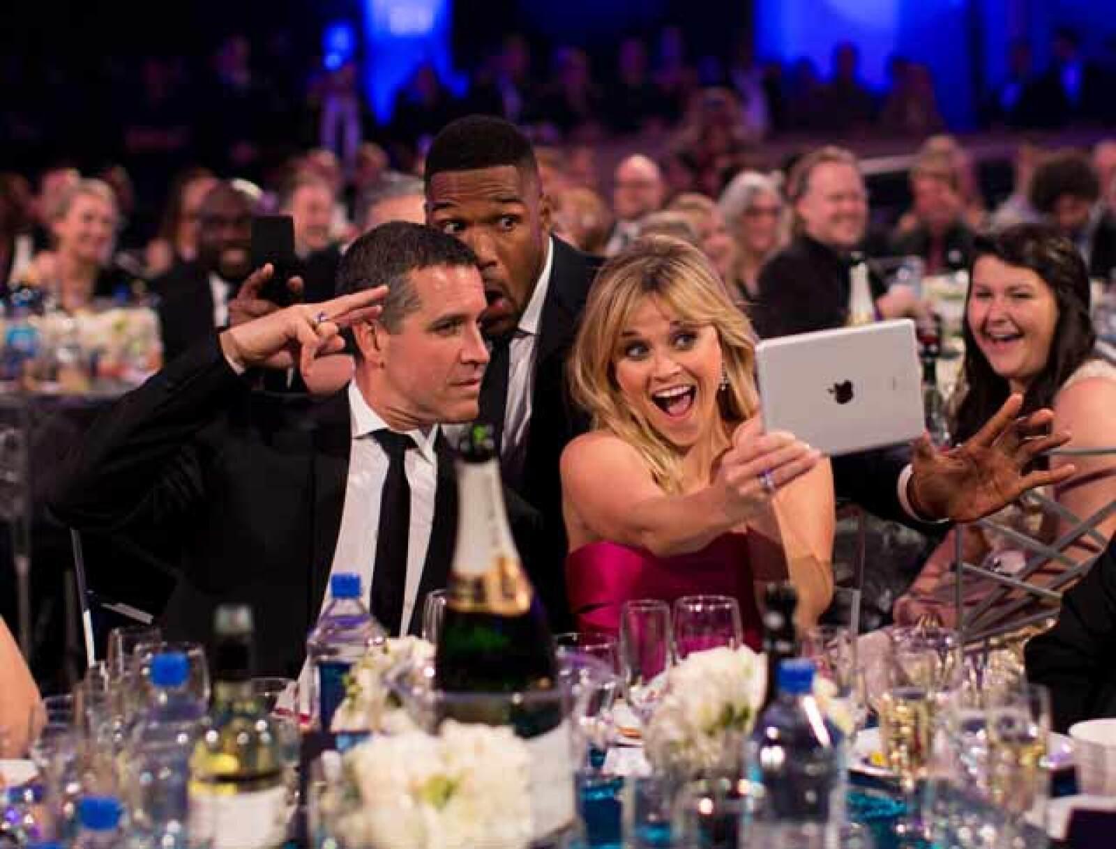 Reese Whiterspoon se tomó varias selfies con el anfitrión de la noche, Michael Strahan y su esposo, Jim Toth.