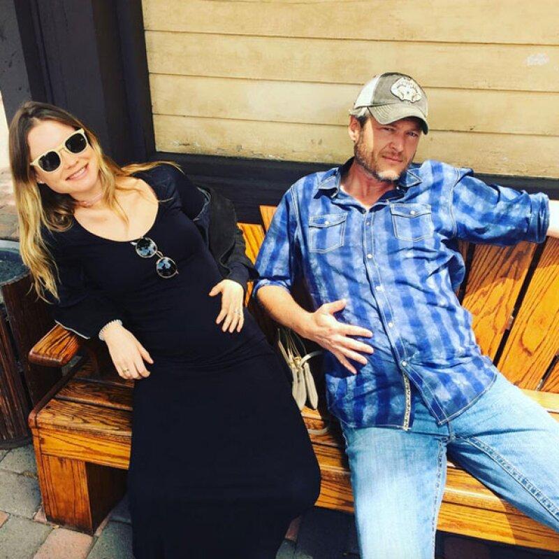 El cantante de Maroon 5 publicó una divertida imagen en la que su esposa presume su baby bump con el del cantante Blake Shelton.