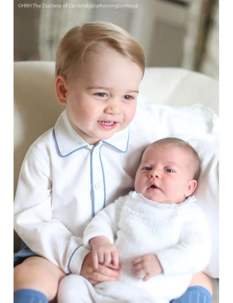 Los príncipes de Cambridge conmovieron al mundo entero con sus primeras fotos oficiales juntos, tomadas por su mamá, Kate Middleton. ¿Qué diseños eligió la duquesa para tan especial momento?