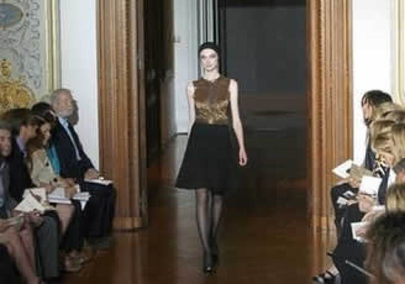 La crisis obliga a la industria de la Haute Couture o Alta Costura a considerar sus precios y materiales. En la foto, desfile en Paris otoño-invierno 2009. (Foto: AP)