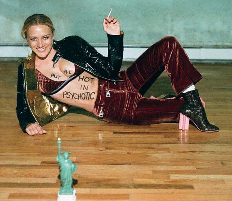 Muy sensual, la modelo incluso se escribió algunas palabras en su cuerpo.