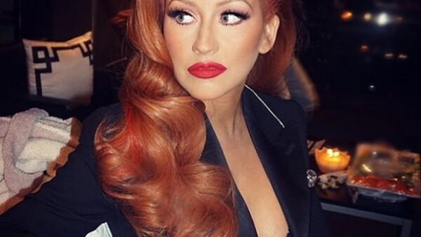 La cantante sorprendió en un evento de recaudación de fondos con un color rojo en el pelo, dejando en el pasado el güero platinado.