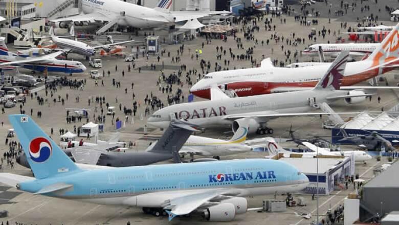 Airbus espera jugosos contratos para la entrega de su nuevo avión con uso eficiente del combustible, el A320; en tanto, Boeing muestra su nueva aeronave, el 787 Dreamliner, y el de pasajeros para vuelos intercontinentales, el 747-8.