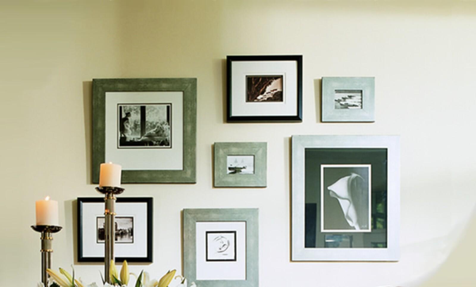 Colocar los cuadros a la altura de la vista crea un ambiente tipo galería. Puedes variar en los tamaños y formas.
