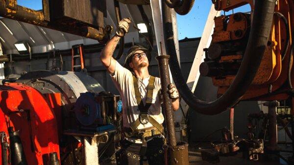 Un trabajador ayuda a alinear una tuber�a mientras se extrae petr�leo (Getty Images)