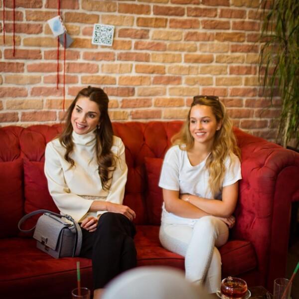 Hace unos días, la reina Rania subió esta foto donde sale en un Café en Jordania junto con Imán, ambas luciendo espectaculares.