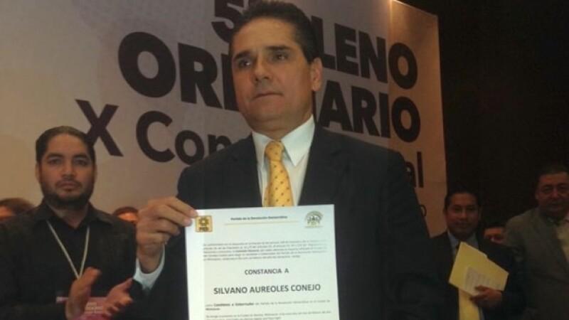 Silvano Aureoles Conejo recibe su constancia como precandidato al gobierno de Michoacán