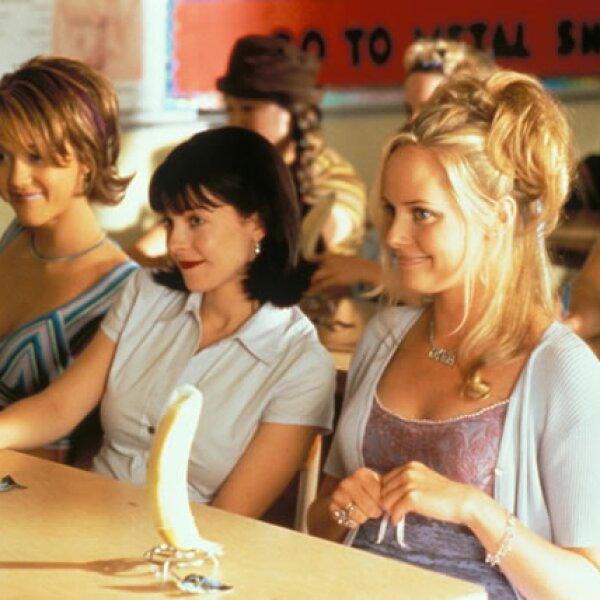 """Pobre de Drew Barrymore en """"Jamás Besada"""" pues se topó con tres """"mean girls"""": Gibby, Kirsten y Kristen"""" (Jordan Ladd, Jessica Alba, Marley Shelton. Este trío terminó cediendo pues Josie se volvió popular."""