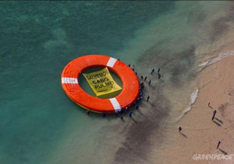 Greenpeace arrojó al mar un salvavidas gigante que fue fijado con un ancla, acción que pudo haber dañado el arrecife de Cabo Pulmo. (Foto: Cortesía Greenpeace)
