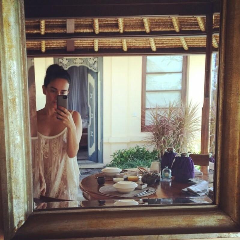 Después de acompañar a su novio al opening de su nuevo restaurante, la actriz hizo un merecido viaje a la isla de Indonesia donde ha compartido fotografías de ensueño.