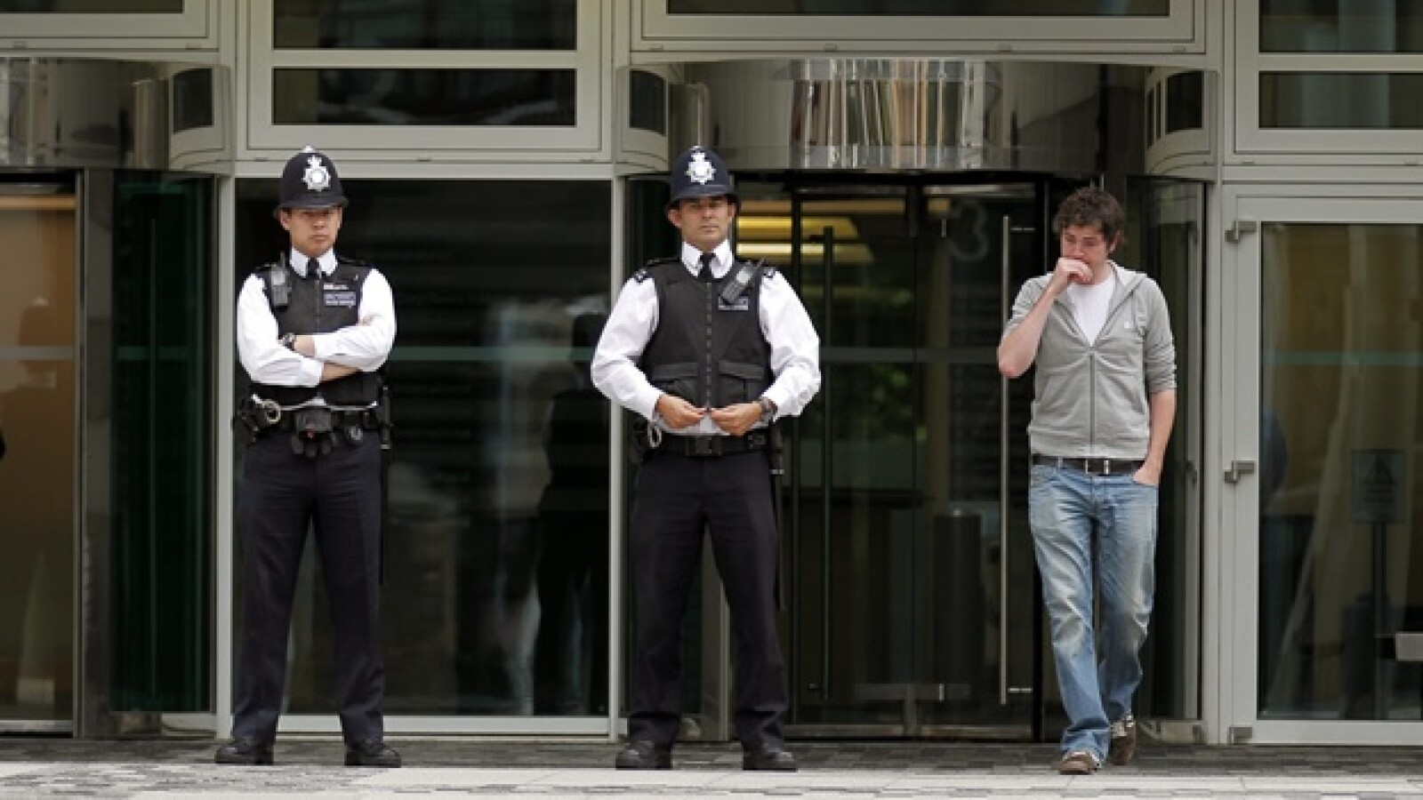 policias vigilan entrada del news of the world
