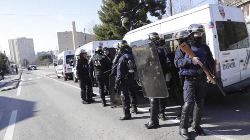 Policias vigilan Castellane Marsella