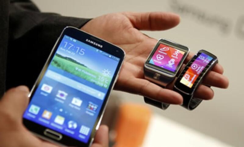 La firma también reveló su nuevo reloj inteligente, el Gear Fit. (Foto: Reuters)