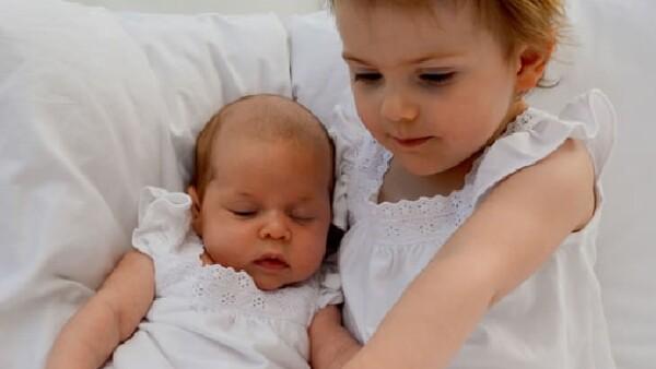 La princesa Estelle conoce a su prima Leonore y las fotos dicen más que mil palabras, hay gran amor fraternal.