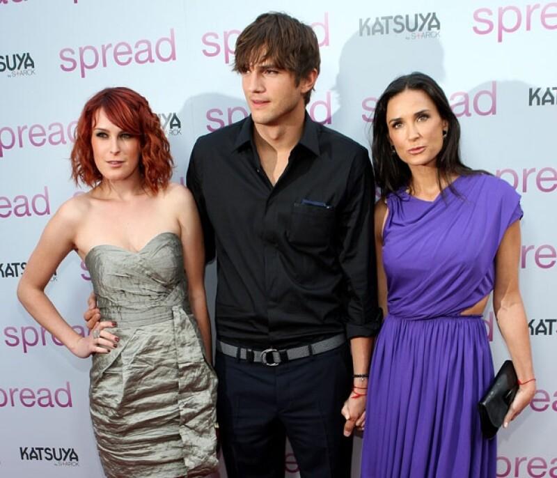 La actriz compró tres perros a poco días de separarse de Ashton Kutcher con la intención de que le ayuden a curar su corazón roto.