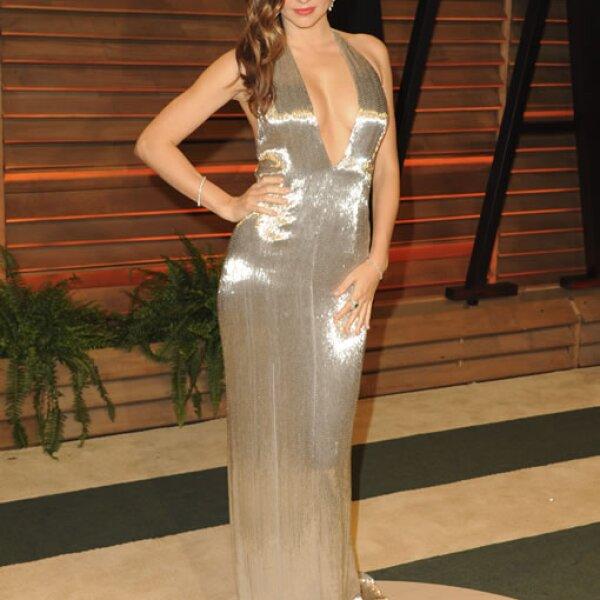 Miranda Kerr presumió este vestido dorado con un profundo escote al frente y en la espalda.