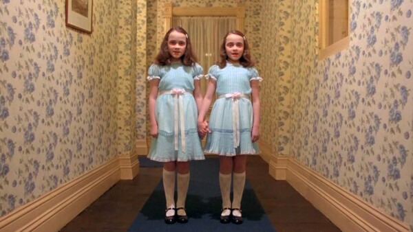 "Lisa y Louise Burns en ""The Shining"""