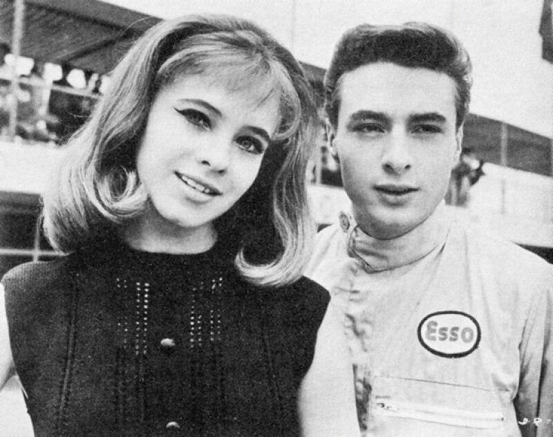 Patricia Conde y César costa en una escena de la película `Dile que la quiero´, en la que el cantante cambió el suéter por el traje de piloto. Era una época en México en que el automovilismo era lo más hot del deporte.