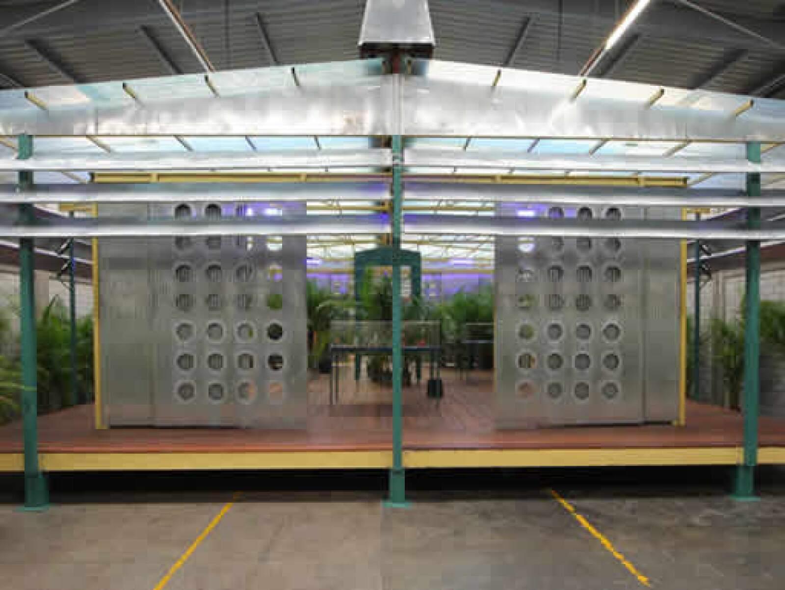 """""""Palm Pavillon"""", obra de Rirkrit Tiravanija alrededor de la lectura de """"Empresas y tribulaciones de Maqroll El Gaviero"""", se presentó en las instalaciones de la galería en la Condesa en septiembre de 2008."""