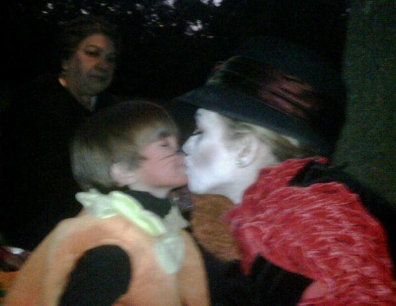 La actriz mexicana compartió en Twitter una imagen muy tierna con uno de sus pequeños hijos.