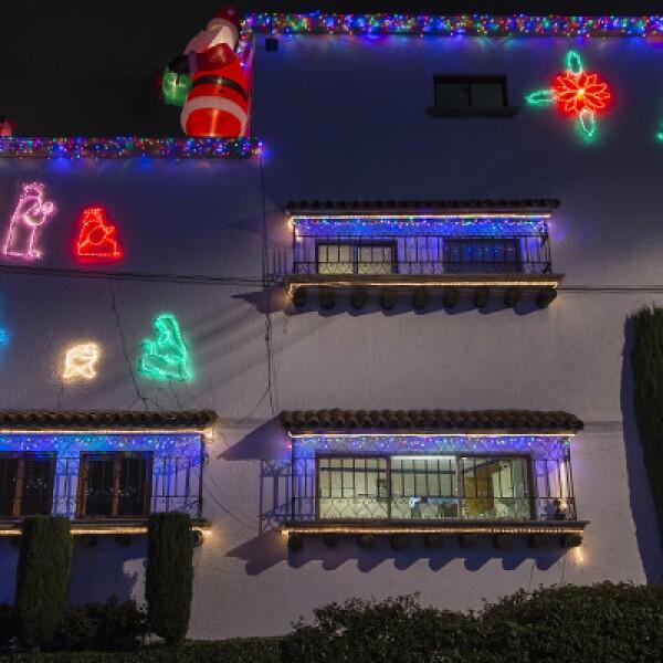 Cada diciembre algunas casas en la Ciudad de México se iluminan para recibir la Navidad con coloridos adornos. Aquí, un ejemplo de esto con una casa en el Pedregal, al sur de la capital.