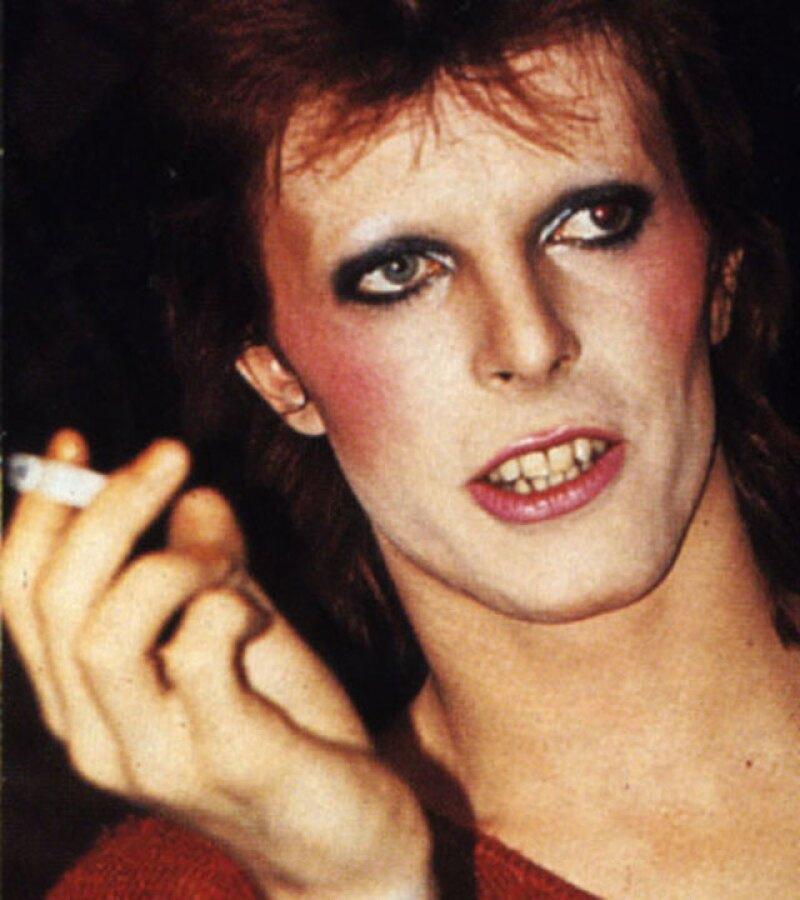 Aún con rubor en las mejillas y sombra en los ojos, David Bowie consiguió conquistar a la modelo Iman.