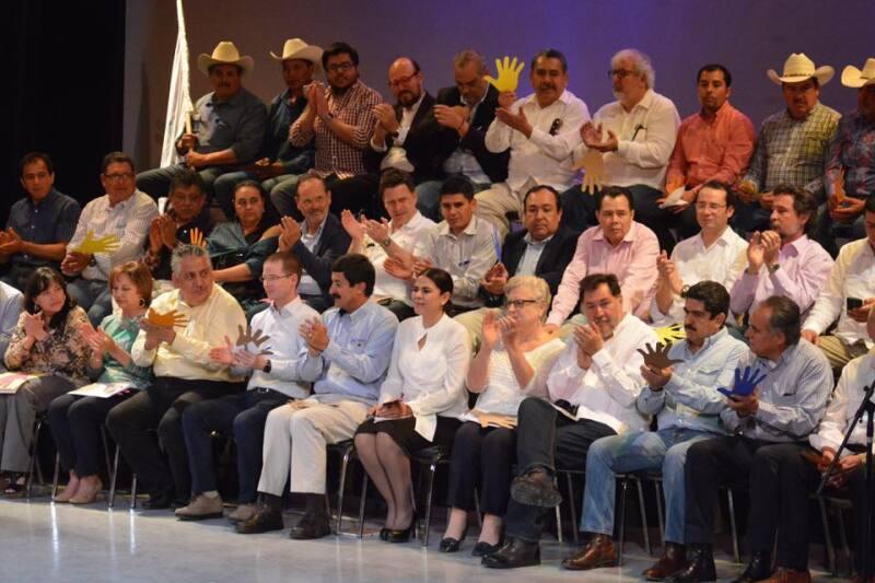 Entre los personajes que han dado su espaldarazo al panista están Gerardo Fernández Noroña, Guadalupe Acosta Naranjo y Manuel Espino.