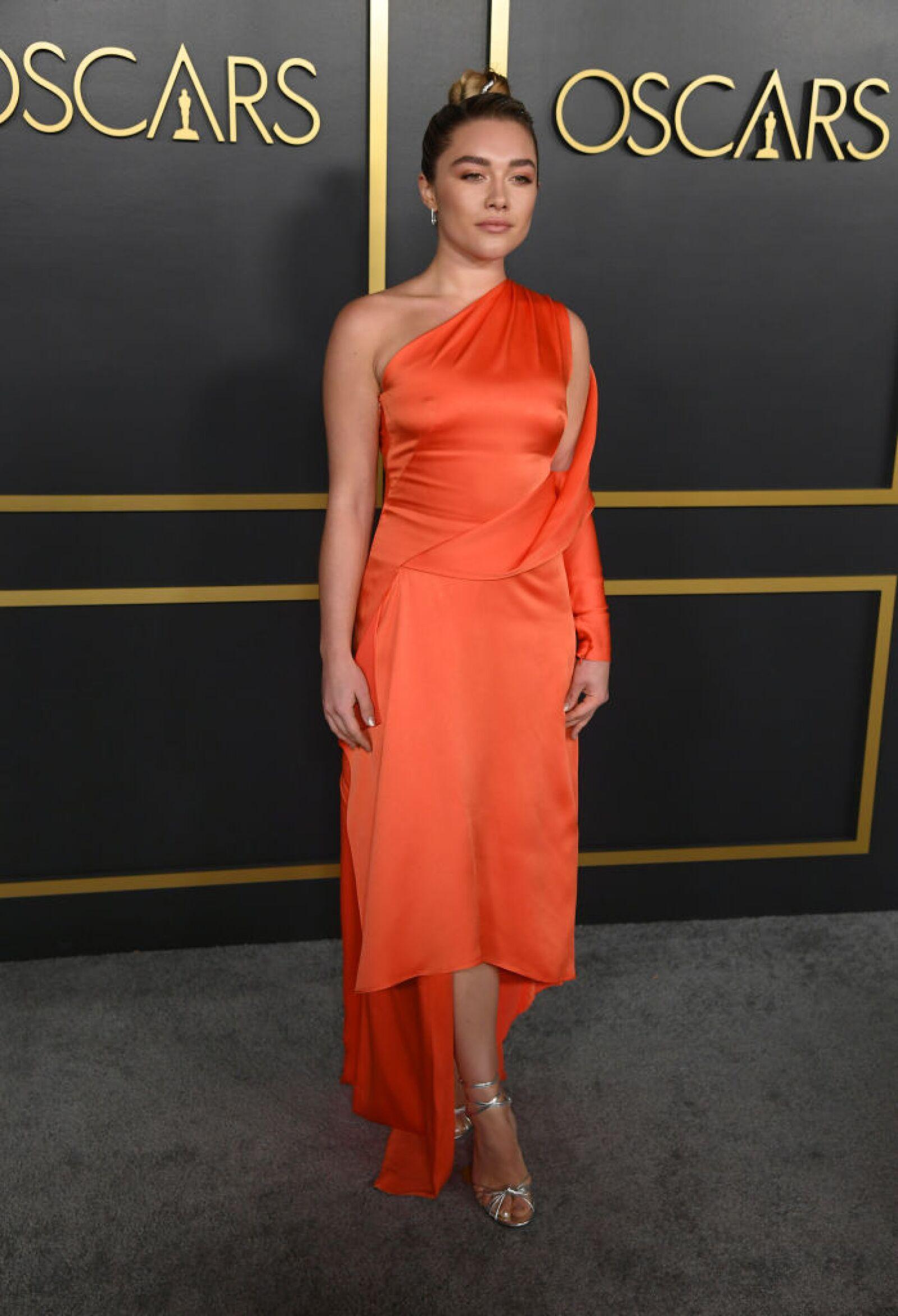 Florence Pugh la actriz de Mujercitas, llevo un vestido de seda en color naranja de la marca Monse