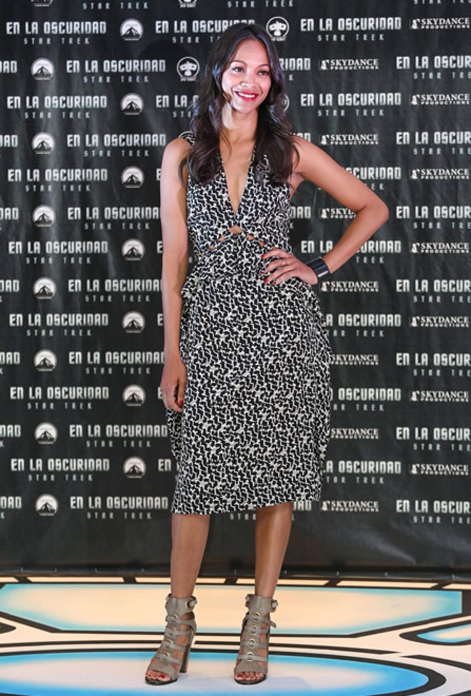 La guapa protagonista de `Star Trek: en la oscuridad´ usó un vestido Bottega Veneta estampado de la colección Pre Otoño 2013 en la conferencia de prensa en México.