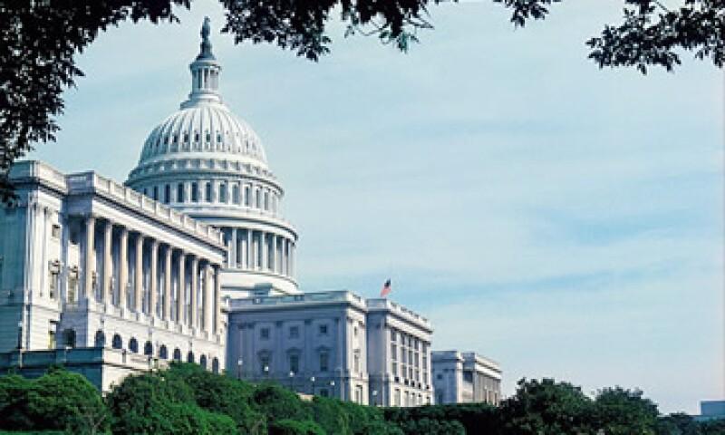 Algunos estiman que pasar por el precipicio fiscal puede reducir 7 billones de dólares de deuda en 10 años. (Foto: Cortesía CNNMoney)