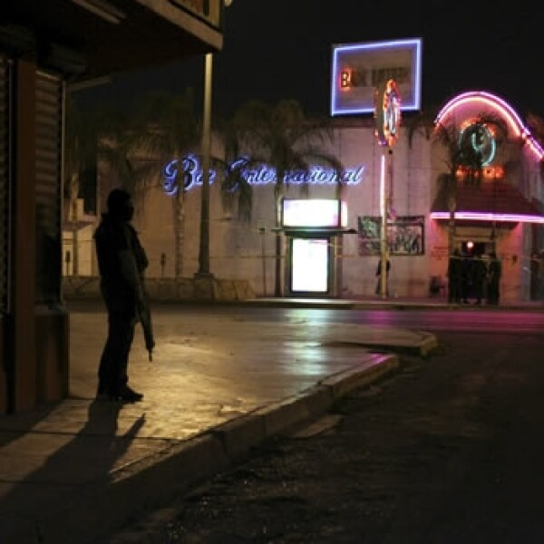 Policías revisan un ataque al Bar Internacional