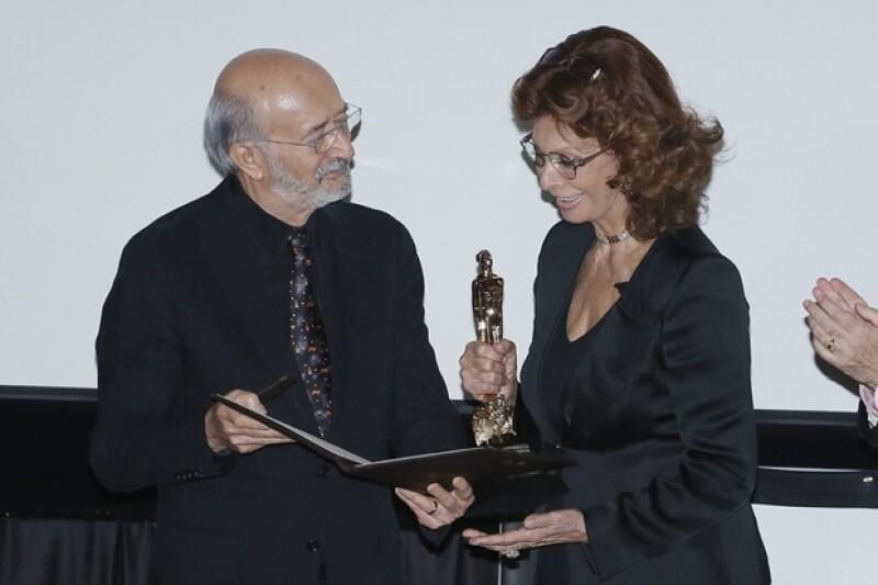 Felipe Cazals entregó el premio Ariel a la acrtriz italiana que el día de mañana cumple 80 años.