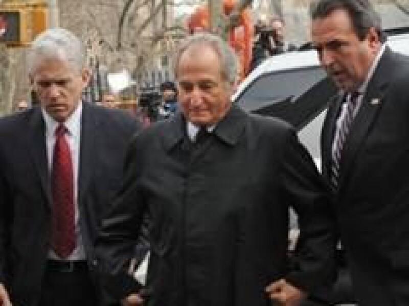 Madoff llegó con cuatro horas de anticipación a una audiencia que tendrá en una corte de NY.  (Foto: AP)