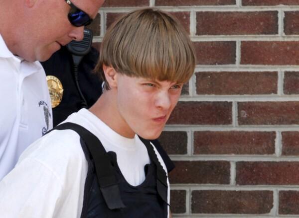 De acuerdo con las fuentes, el joven confesó haber entrado en la iglesia metodista episcopal Emanuel la noche del miércoles para cometer el crimen.