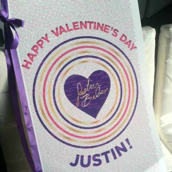 Justin recibió una tarjeta de felicitación gigante, regalo de sus fans y colaboradores, a la que llamó `La mejor tarjeta del mundo´.