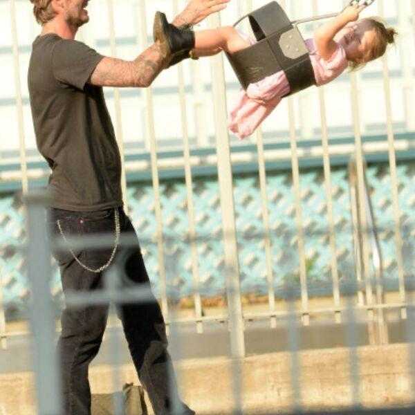Si se trata de consentir a Harper, David Beckham también la lleva al parque de juegos.
