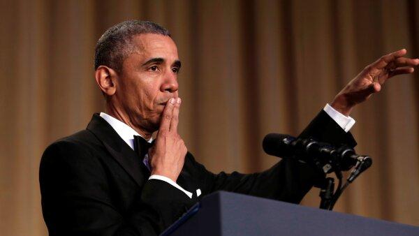 Obama imitó la despedida de algunos músicos para agradecer la última cena de corresponsales de su presidencia.