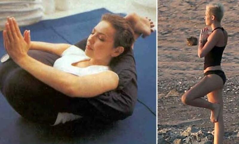 Thalía compartió esta complicada posición de Yoga en su Twitter, mientras que Miley en sus vacaciones aprovechó la playa para practicar algunas posiciones.