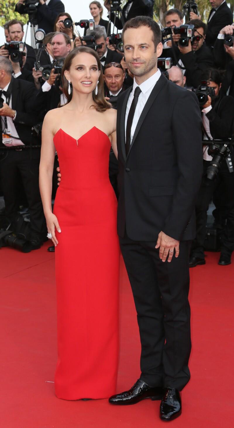 Natalie lució guapísima en su aparición en Cannes el día de ayer junto a su esposo Benjamin Millepied con quien acudió a la premiere de la película `La Tete Haute´.