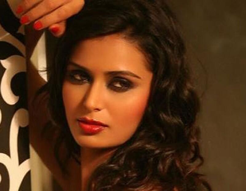 Meenakshi Thapar fue secuestrada por una pareja de jóvenes, quienes pidieron rescate y a pesar de recibir parte del dinero, asesinaron a la actriz.
