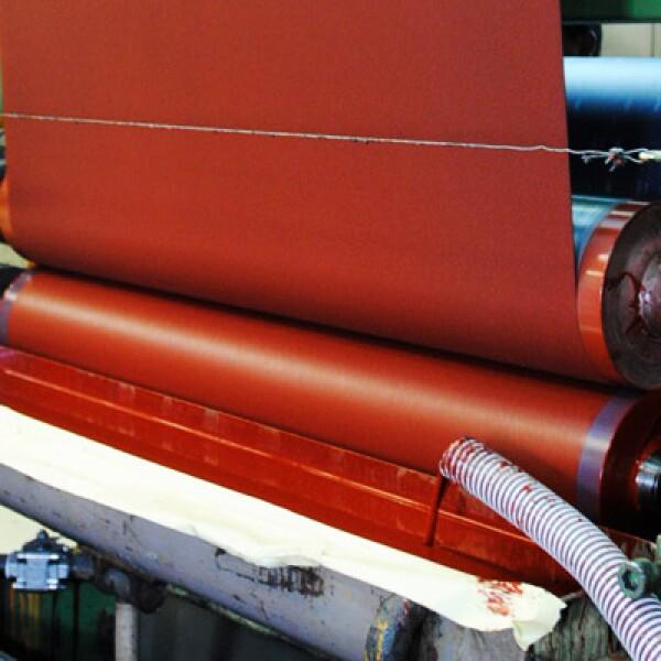 Proceso de aplicación de resina sobre el dorso en la fabricación de abrasivos revestidos.