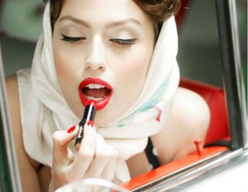Aprovecha el tiempo en que estés en el coche o camión para maquillarte.