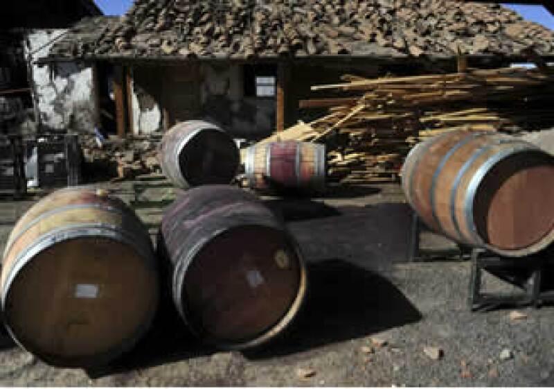 Las compañías vinícolas iniciaron la reparación de los barriles para reanudar la producción. (Foto: Reuters)
